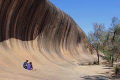 Les couples heureux à la vague basculent, Australie occidentale Photo libre de droits
