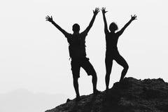 Les couples heureux célèbrent atteindre le but et le succès de la vie Photo stock