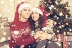 Les couples heureux célèbrent Noël à la maison Vacances d'hiver et concept d'amour Arbre et cadeaux de Noël Jaune modifié la tona Photographie stock