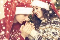 Les couples heureux célèbrent Noël à la maison Vacances d'hiver et concept d'amour arbre et décoration de Noël Jaune modifié la t Photos libres de droits