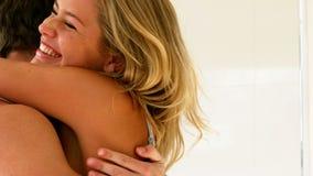 Les couples heureux découvrent l'essai de grossesse banque de vidéos