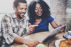 Les couples heureux d'afro-américain prennent le petit déjeuner ensemble pendant le matin à la table en bois Homme de couleur de  Photo stock