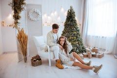Les couples heureux d'amour célèbrent des vacances de Noël images stock