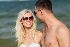 Les couples heureux dans les vêtements de bain marchant l'été échouent Photos libres de droits