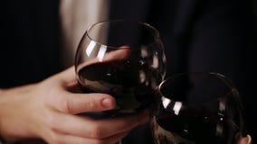 Les couples heureux dans un restaurant dinant fin ils boivent le vin et les verres tintants banque de vidéos