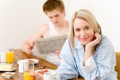 Les couples heureux de déjeuner apprécient le matin romantique Photos libres de droits