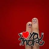 Les couples heureux de doigt dans l'amour avec le smiley peint Photo stock