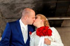 Les couples heureux de jour du mariage, baiser et s'étreignent Photographie stock