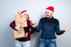 Les couples heureux de nouvelle année de Noël célèbrent des vacances donnent l'emo de cadeaux Photo libre de droits