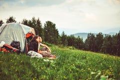 Les couples heureux des touristes se reposent dans les montagnes Photos stock