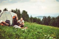 Les couples heureux des touristes se reposent dans les montagnes Photographie stock libre de droits