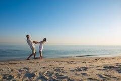 Les couples heureux des voyageurs sont rotation, tenant des mains Photos libres de droits