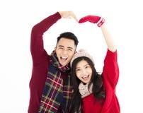 Les couples heureux en hiver portent avec le beau geste Images libres de droits