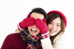 Les couples heureux en hiver portent et les yeux de bâche à étonné Photo stock