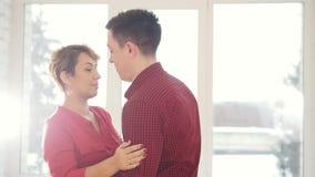 Les couples heureux et attrayants de famille dans l'amour dansent ensemble dans le studio banque de vidéos