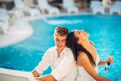 Les couples heureux gais appréciant la station thermale vacation dans la station estivale luxueuse Voyage de lune de miel Célébra Photos libres de droits