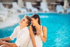 Les couples heureux gais appréciant la station thermale vacation dans la station estivale luxueuse Voyage de lune de miel Célébra Image libre de droits