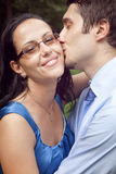 Les couples heureux mignons dans un baiser suggèrent le moment Photographie stock libre de droits