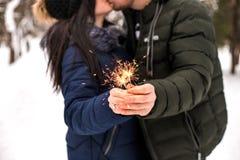 Les couples heureux ont l'amusement avec des lumières de Bengale images stock