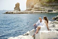 Les couples heureux s'approchent de la mer dans un jour ensoleillé, Naples, Italie Photographie stock libre de droits
