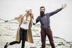 Les couples heureux s'approchent du mur Photo libre de droits
