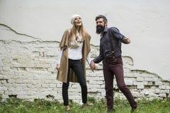 Les couples heureux s'approchent du mur Images stock