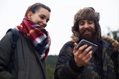 Les couples heureux sont allés sur un pique-nique en fin de semaine Images libres de droits