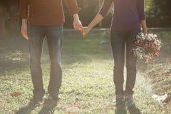 Les couples heureux tenant des mains ensemble comme aiment pour toujours Photo libre de droits
