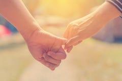 Les couples heureux tenant des mains ensemble comme aiment pour toujours dans Valentine Photographie stock