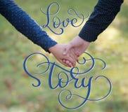 Les couples heureux tenant des mains et le vintage textotent l'histoire d'amour Aspiration de main de lettrage de calligraphie Image stock