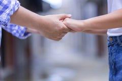 Les couples heureux tenant la promesse de mains ou jurent Femme d'homme dans l'amour t Image stock