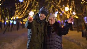 Les couples heureux tiennent les lumières de Bengale banque de vidéos