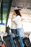 Les couples indiquent au revoir l'aéroport Photographie stock