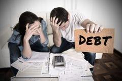 Les couples inquiétés ont besoin de l'aide dans des dépenses et des paiements de papiers de banque de factures de dette de compta photographie stock