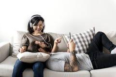 Les couples interraciaux partageant la musique concept aiment à la maison, de loisirs et de musique Photo libre de droits