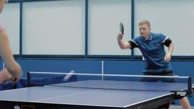 Les couples jouant autoritaire un ping-pong banque de vidéos