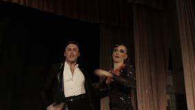 Les couples, la jeune belle femme et le jeune homme dansent banque de vidéos