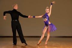 Les couples latins de danse dans l'action préformant une exposition dansent - W photographie stock