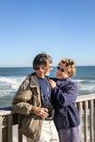 Les couples mûrs apprécient des vacances et la retraite sur le pilier de pêche de la Floride Photo libre de droits