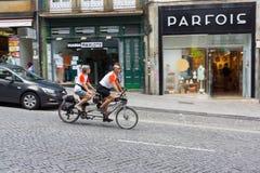 Les couples mûrs montent la bicyclette tandem Image libre de droits