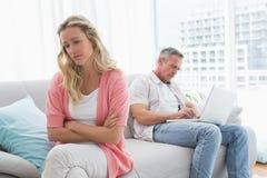 Les couples malheureux sont sévères et ayants des problèmes Image libre de droits