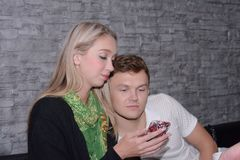 Les couples mangent ensemble Et la fin d'amour Photos libres de droits
