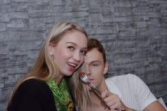 Les couples mangent ensemble Et la fin d'amour Image libre de droits