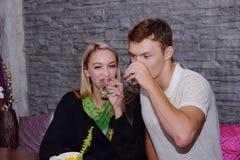 Les couples mangent ensemble Et la fin d'amour Images stock