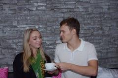 Les couples mangent ensemble Et la fin d'amour Images libres de droits