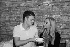 Les couples mangent ensemble Et la fin d'amour Photo libre de droits