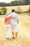 Les couples marchant ensemble par l'été ont moissonné F Photographie stock