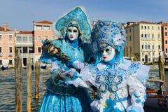 Couples masqués par bleu Photo stock
