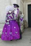 Couples masqués par pourpre au salut de Della de basilique Images libres de droits