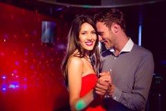 Les couples mignons ralentissent la danse ensemble Image stock